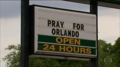Já foram identificados 48 corpos, diz polícia dos EUA - Pais e amigos das vítimas contam os momentos de angústia. Cartazes na cidade pedem: 'Rezem por Orlando'.