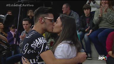Romântico: Denis se declarou para a amada no palco do Estúdio C - O cantor da dupla com Dimy surpreendeu a namorada no programa transmitido ao vivo para todo o Paraná