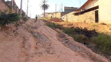 Moradores enfrentam falta de estrutura urbana no bairro Florença, em Ribeirão das Neves - Segundo os moradores, os problemas são graves. Várias ruas não são asfaltadas, e em diversos pontos é possível encontrar lixo acumulado. O esgoto corre a céu aberto.