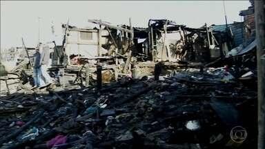 Incêndio destrói 30 barracos de favela em Cidade Líder, na Zona Leste - A comunidade fica embaixo de linhas de transmissão de energia elétrica. Mas, os bombeiros ainda não sabem o que causou o fogo. Ninguém ficou ferido.