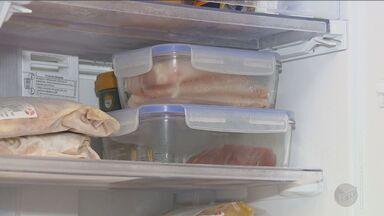 Conheça os cuidados necessários para armazenar carnes, no 'Casa Prática' - Após as compras, é preciso ter cuidado com os detalhes na hora de organizar o alimento na geladeira.
