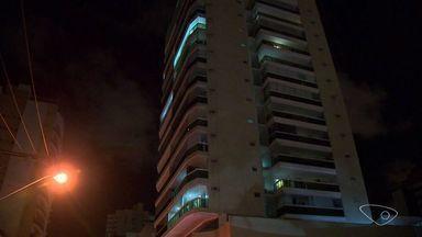 Filho agride pai idoso e coloca fogo em apartamento em Vila Velha, ES - Segundo a polícia, aparentemente ele estava sob efeito de entorpecentes.As chamas já foram controladas.