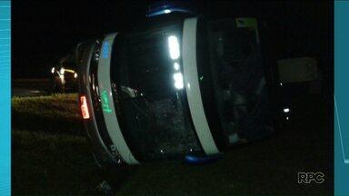 Ônibus tomba em acidente na BR-369 - O ônibus vinha de São Paulo para Londrina e tombou ao passar por um trevo na BR-369, em Bandeirantes. Ninguém ficou ferido com gravidade.