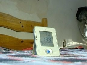 Moradores falam sobre a sensação térmica dentro de casa - Mesmo com o sol, residências continuam frias.