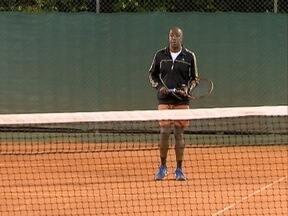 Grupo se une para jogar tênis - Esporte e amizade são motivações.