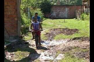 Moradores denunciam abandono em rua de Ananindeua - População realiza obras de saneamento por conta própria.