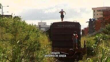 Polícia não inibe surfistas de trem em Fortaleza - Polícia não inibe surfistas de trem em Fortaleza