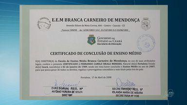 Polícia prende suspeito de falsificar certificados em Fortaleza - Homem que pagou pelo documento falso também foi preso.