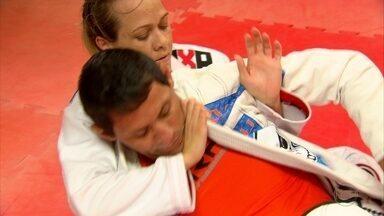 No Recife, dona de casa se torna campeã de jiu jitsu - Mesmo com marido treinador do esporte, ela sofria resistência dentro de casa. Depois, talento foi valorizado.
