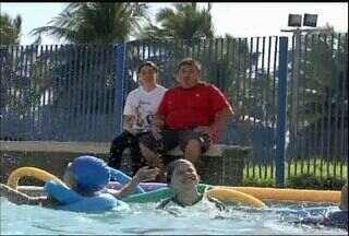 Família luta contra doença rara do filho que afeta o movimento das pernas - Saiba como ajudar a família.