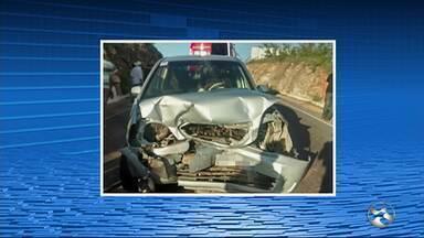 Acidente deixa nove pessoas feridas na BR-424 em Venturosa - Carro fez ultrapassagem irregular e provocou colisão entre automóveis.