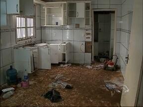 Moradora aguarda há três meses recuperação de casa inundada - Mesmo com ação judicial, os responsáveis pelos transtornos ainda não foram identificados