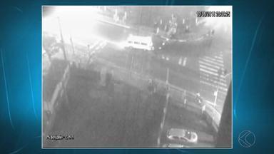 Vídeo mostra vigilante empurrando Kombi para evitar choque com trem - Um idoso também tentou atravessar no mesmo local, em Juiz de Fora. Casos foram registrados pela empresa que administra a ferrovia na cidade.