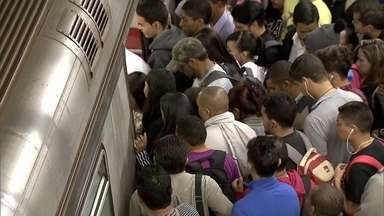 Metroviários param de trabalhar no DF - Os trens só estão rodando no horário de pico.