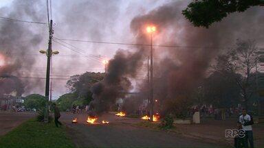 Moradores do Jd. Morumbi fazem protesto contra buraqueira no asfalto - Durante toda a terça-feira (14) os moradores atearam fogo em pneus e bloquearam ruas do Jardim Morumbi. Eles pedem melhorias nas ruas do bairro.