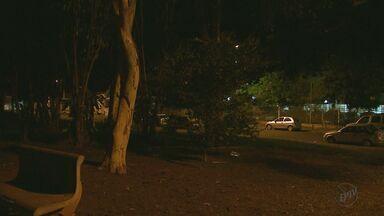 Quadro 'Até Quando' cobra iluminação na praça Pedro Biagi em Ribeirão - De todos os postes instalados na área de lazer, apenas um possui luz.