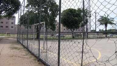 Abandono de praça impossibilita moradores de Maranguape, em Paulista de usarem espaço - No local, há acúmulo de lixo e redes de proteção da quadra de futebol estão furadas