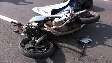 Motociclista morre após bater em carreta na rodovia BR-153 no noroeste paulista - Um motociclista de 32 anos morreu depois de sofrer um acidente na manhã desta quarta-feira (15) na rodovia BR-153, na região noroeste paulista. Segundo informações da polícia, o motociclista bateu na traseira de uma carreta que seguia no mesmo sentido da rodovia.