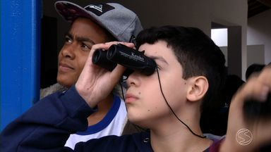 """Paulinho da Escola mostra bom exemplo de colégio de Paraty, RJ - Projeto """"Aves de Paraty"""" ensina estudantes tudo sobre os pássaros que voam ao redor de onde eles estudam."""