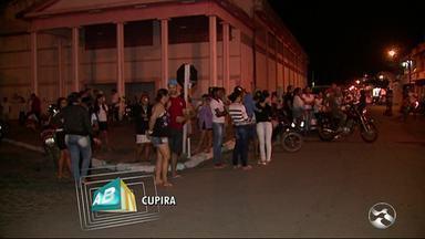 Protesto reclama de insegurança em Cupira - Moradores fizeram protesto após onda de violência na cidade e sequestro de estudante.