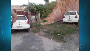 Carros furtados são recuperados em Juiz de Fora - Dois veículos furtados na madrugada desta quarta-feira (15) foram encontrados pela PM no Bairro Milho Branco. Ninguém foi preso até o momento.