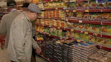 O preço do feijão está de assustar, o jeito está sendo diminuir o consumo - O consumidor chega a devolver o produto na prateleira quando vê o preço do feijão.