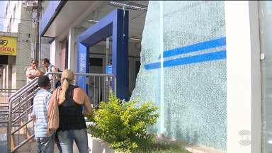 Bandidos explodem duas agências bancárias na cidade de Areia, no Brejo da Paraíba - Até a viatura da Polícia foi atingida.