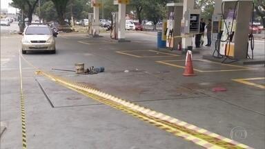 Após mais de 20h da morte de homem, perícia começa em posto de combustível da Mooca - O posto, que fica na Avenida Pires do Rio, ainda está interditado. O homem fazia a limpeza de um tanque de óleo diesel desativado, desmaiou por causa do cheiro, bateu a cabeça e morreu. Mais duas pessoas ficaram feridas.