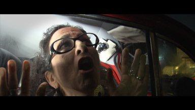 Maria Menezes dramatiza pânico dos claustrofóbicos - No Mapas Urbanos, a atriz fala daqueles que têm medo de ficar em lugares fechados
