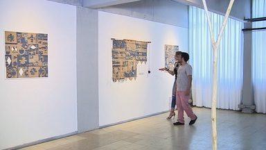 Fábio Sampaio, o artista que ganhou Sergipe - Nascido na década de 70, em Santos, São Paulo, o artista plástico Fábio Sampaio adotou em 1991 a cidade de Aracaju como seu novo lar. Ao longo da sua carreira, levou as suas obras que tem como base a arte contemporânea para diversas partes do Brasil e também para outros países, como França, Nova York e Itália, onde expôs individualmente na segunda Bienal de Arte Contemporânea, em Florença.