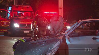 Carro capota e acerta adolescente que esperava ônibus - O acidente foi na Avenida Tancredo Neves, em Foz.