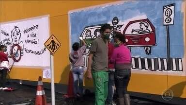 Painéis coloridos com dicas de educação no trânsito colorem ruas de São Bernardo do Campo - Através da arte, adolescentes estão aprendendo o que precisa saber para se tornarem bons motoristas no futuro.