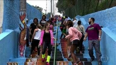 Grupo se reúne para praticar atividade física em uma escadaria na Avenida Sumaré - Um grupo cheio de disposição espanta a friaca subindo e descendo uma escadaria na Avenida Sumaré, na zona oeste de São Paulo. O encontro acontece uma vez por mês.