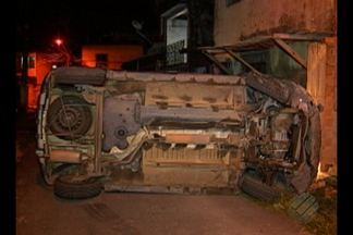 Acidente entre dois veículos assustou moradores do bairro do Telégrafo, em Belém - Depois de perder o controle e capotar, motorista bateu no muro de uma residência.
