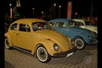 """Exposição reúne modelos antigos de carros, em Belém - Evento abriu programação """"Minha Praia"""", projeto da TV Liberal."""