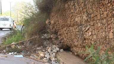 Rodovia de Jundiaí registra mais pontos de deslizamento - A rodovia Geraldo Dias, em Jundiaí, representa um perigo para os motoristas. Um trecho já havia deslizado em abril, mas agora a terra cedeu em mais dois pontos. A passagem está complicada até para os pedestres.