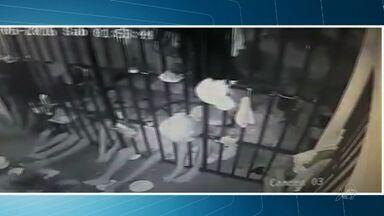 Presos serram grades e fogem de madrugada do 8º DP em Fortaleza - Quinze presos ocupavam a mesma cela. Cinco conseguiram fugir.