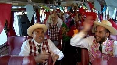 Clima das festas juninas está tomando conta de Belo Horizonte - Este é o primeiro fim de semana do Arraial de Belô. um ônibus todo decorado percorreu vários pontos da cidade neste sábado (25) para chamar a atenção do público para a festa.