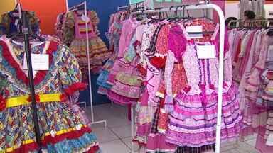 A época é de festas juninas e tem muita gente a procura de trajes típicos - O aluguel de roupas está em alta, mas o quê está preocupando o pessoal são os preços dos produtos muito consumidos nas festas juninas.