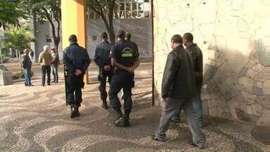 Fiscais da prefeitura de Paranavaí fazem ação contra ambulantes - O município atende um pedido dos comerciantes, que não querem os vendedores parados em pontos fixos no centro da cidade.