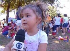 Escola reúne pais e alunos em parque de Palmas para resgatar brincadeiras antigas - Escola reúne pais e alunos em parque de Palmas para resgatar brincadeiras antigas