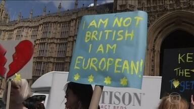 Reino Unido vive clima de ressaca depois da decisão de deixar a UE - Votação favorável ao rompimento com a União Europeia no plebiscito revelou divisões profundas e deixou muitas perguntas no ar.