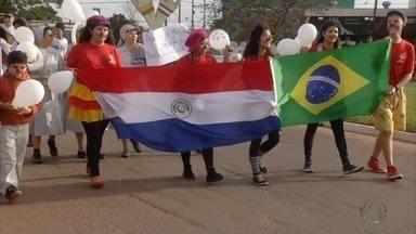 Brasileiros participam de passeata pela paz na fronteira de MS com o Paraguai - A população de Pedro Juan Caballero, cidade paraguaia que faz fronteira com Ponta Porã, em Mato Grosso do Sul, fez uma passeata pela paz neste sábado. Com bandeiras e cartazes eles percorreram as principais ruas da cidade. A manifestação teve o apoio dos brasileiros.