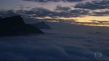 Rio amanhece com nevoeiro - Por causa do nevoeiro, o Aeroporto Santos Dumont está aberto somente para decolagens. Já o Aeroporto Internacional do Rio está operando com ajuda de aparelhos.
