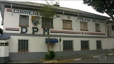 Policiais envolvidos na perseguição de universitário estão presos na Corregedoria da PM - Os dois policiais militares estavam na perseguição que terminou com a morte do universitário Júlio César Espinoza. A prisão é administrativa, por cinco dias, em uma cela dentro da Corregedoria.