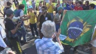 Protesto de grupo contra a ocupação da Unicamp termina em confusão com os alunos - Durante a manifestação do último domingo (3), em Campinas, integrantes do Movimento Brasil Livre (MBL) protestaram contra a ocupação da universidade e denunciaram atos de depredação nos prédios.