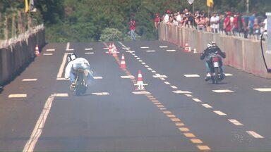 Arrancadão movimenta avenida de Foz neste domingo - De acordo com a organização, 50 carros e 30 motos participaram da competição.
