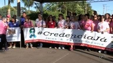 Pacientes fazem manifestação em frente ao Hospital do Câncer de Jales - Uma manifestação em frente ao Hospital do Câncer de Jales feita por pacientes e moradores da região, neste domingo (3) pediu o credenciamento dos serviços ao SUS e a liberação de mais verbas para as unidades de Jales e Fernandópolis.