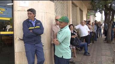 Sem agências bancárias, clientes lotam lotéricas, no norte do Paraná - As agências foram explodidas por bandidos, durante tentativas de assaltos.