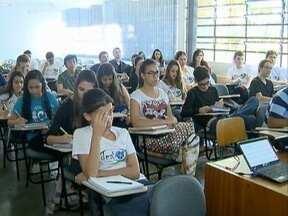 Estudantes aproveitam as férias para se prepararem para o Enem - Muitos deixam de viajar para estudar ainda mais.